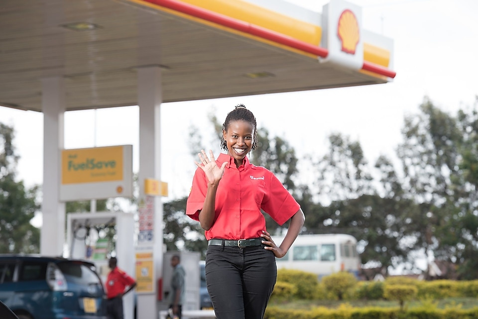 Shell assistant assisting customer